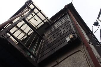 雨樋の不具合で雨漏りが起きた建物の外観