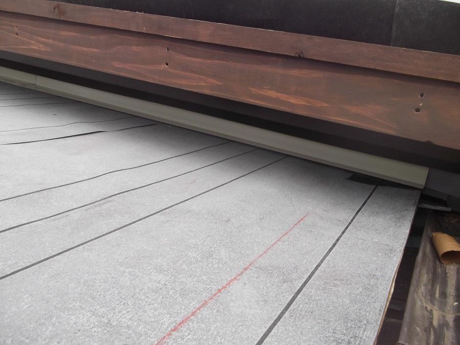 神埼市での、桟木打ち作業及び壁際水切り鉄板取り付け工事