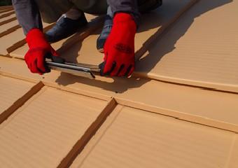 屋根材の継ぎ目を固定する様子